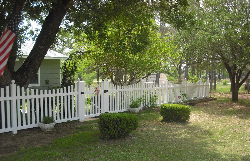 white-scalloped-picket-fence-2