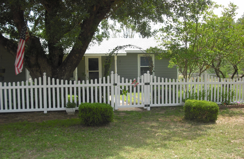 white-scalloped-picket-fence-3