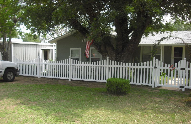 white-scalloped-picket-fence-4